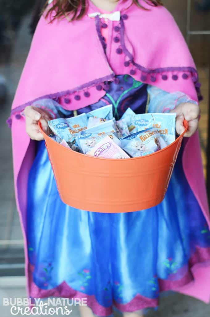 Disney FROZEN No-Sew Anna Cape!  Super easy and looks so cute!