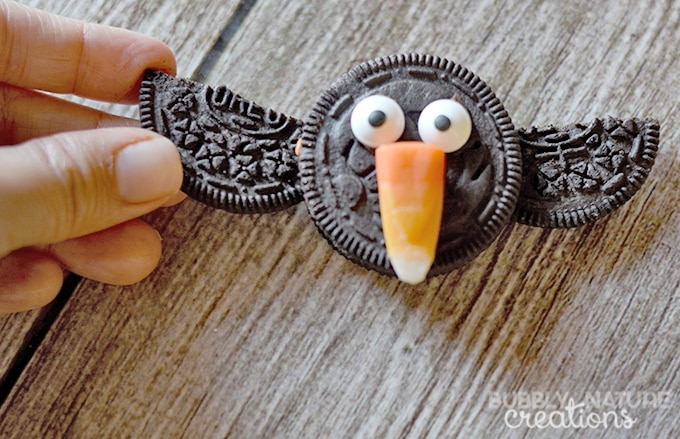 Oreo Halloween Crows! Fun to make for a Halloween party or as a part of a Thanksgiving spread! Too cute!