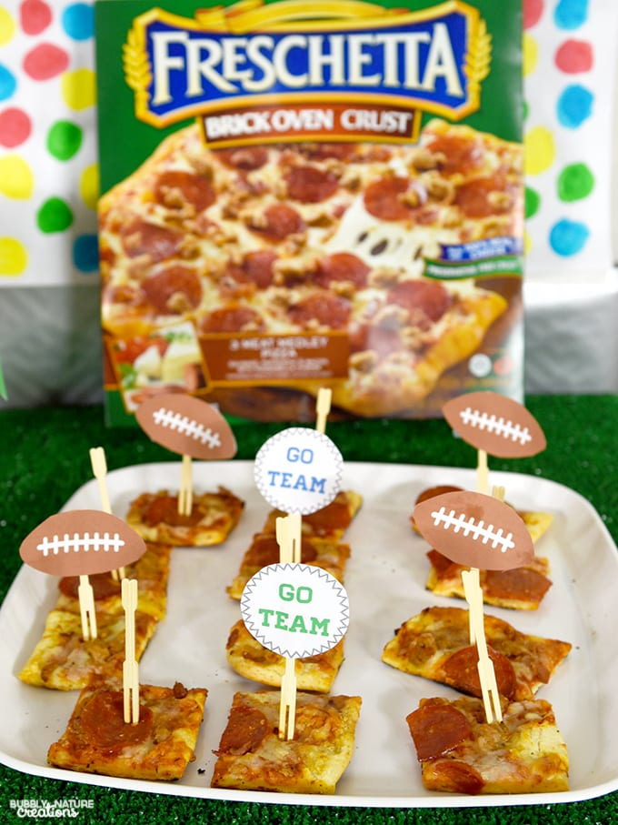 Easy Football Party Ideaswith Freschetta Pizza!! This fun party set up is easy to make and has free printables!!!