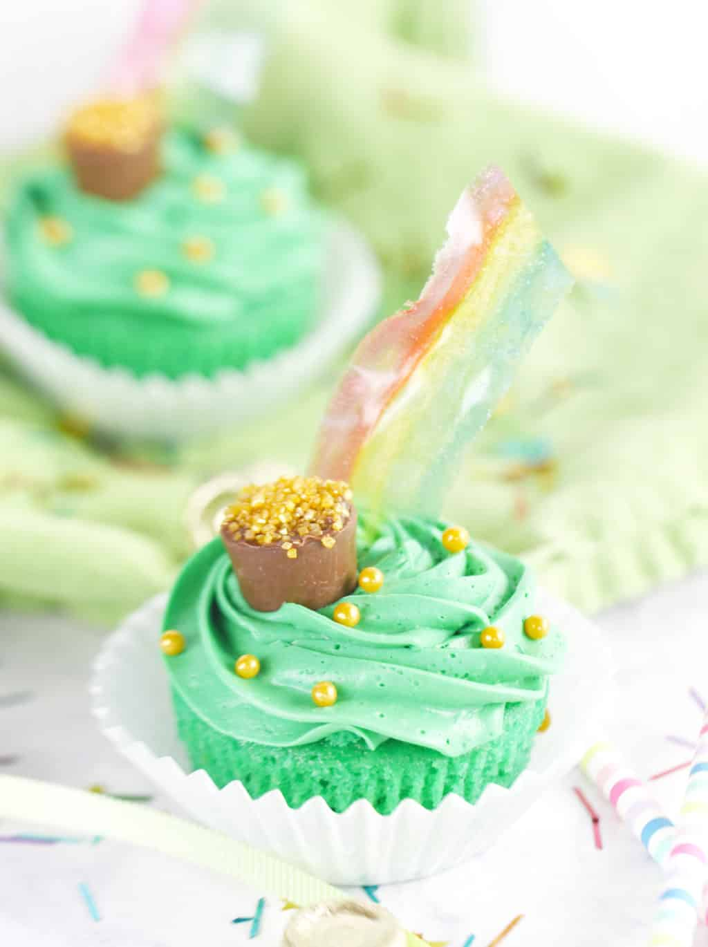 St. Patrick's Day Pot of Gold Cupcakes with Rainbows! So fun. Just use gelatin to make these easy rainbows!