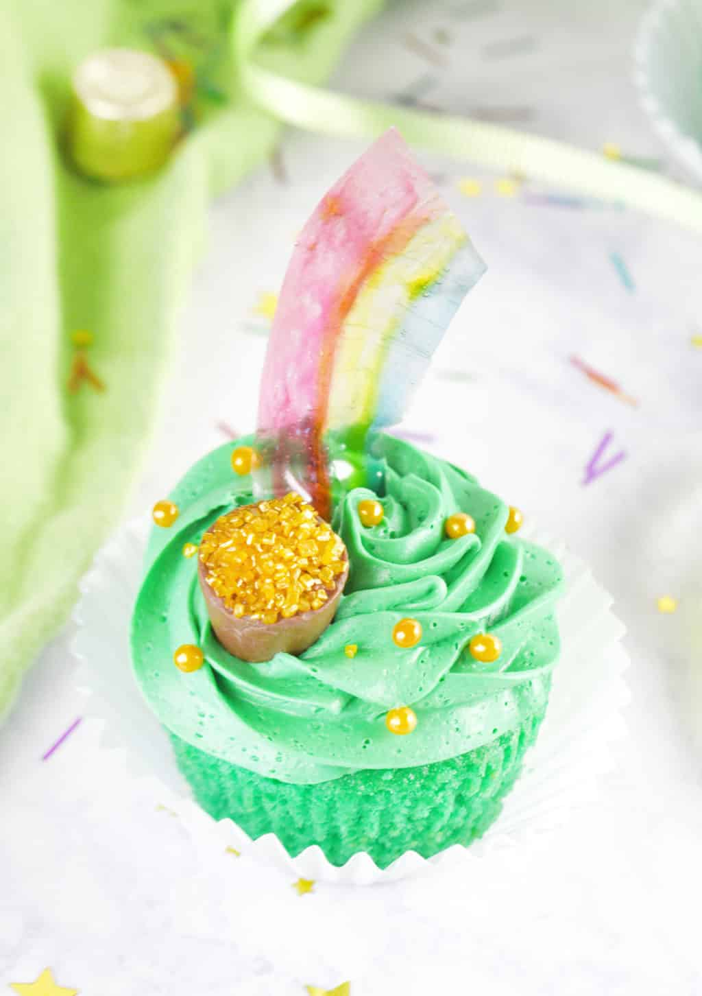 St. Patrick's Day Pot of Gold Cupcakes with Rainbows!! So fun. Just use gelatin to make these easy rainbows!