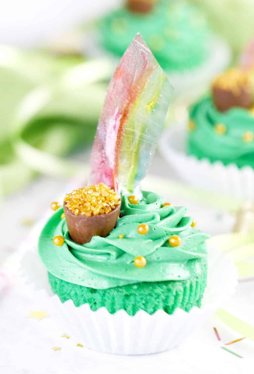 St. Patrick's Day Pot of Gold Cupcakes with Rainbows!!! So fun. Just use gelatin to make these easy rainbows!