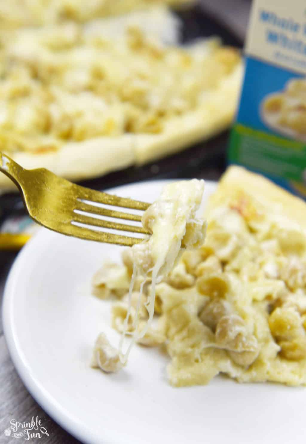 Alfredo Mac & Cheese Pizza is simply amazing.  I've had the Mac & Cheese pizzas before and so I wanted to change it up a little bit with Alfredo sauce.